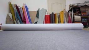 Materiale grigio srotolante in una fabbrica della mobilia video d archivio