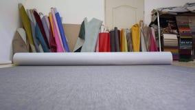Materiale grigio srotolante in una fabbrica della mobilia archivi video