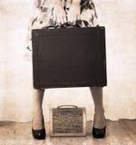 Materiale illustrativo nello stile d'annata, borsa pesante del holdind della donna Fotografia Stock