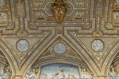 Materiale illustrativo sopra l'entrata alla basilica di St Peter Fotografie Stock Libere da Diritti