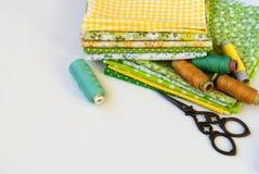 Materialen het dichtbije naaien op wit Royalty-vrije Stock Afbeeldingen