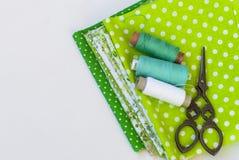 Materialen het dichtbije naaien op wit Royalty-vrije Stock Fotografie