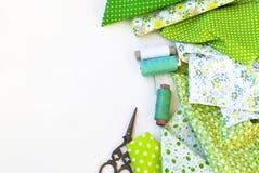 Materialen het dichtbije naaien op wit Royalty-vrije Stock Afbeelding