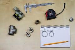 Materialen, toebehoren en vervangstukken voor hydraulica Nota's en m royalty-vrije stock afbeelding