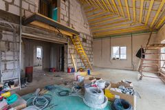 Materialen voor reparaties en hulpmiddelen om in de woningbouw te remodelleren die onder het remodelleren, vernieuwing, uitbreidi stock afbeelding