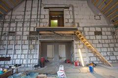Materialen voor reparaties en hulpmiddelen om in een flat te remodelleren die in aanbouw en vernieuwing is stock afbeeldingen