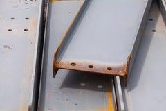 Materiales de construcción del hierro del sitio del trabajo de la construcción imagen de archivo