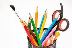 Materiales de dibujo tales como lápices, sacapuntas de lápiz o tijeras en la escuela foto de archivo