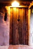 Materiales de la mazorca usados creando el retrete al aire libre Imagenes de archivo