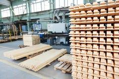 Materiales de madera de la madera de construcción en la planta Imagenes de archivo