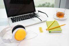 Materiales de oficina coloridos Foto de archivo libre de regalías