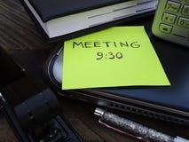 Materiales de oficina con la nota de la reunión Fotografía de archivo libre de regalías