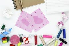 materiales de oficina de costura de las herramientas y de los accesorios aislados en b blanco Fotografía de archivo libre de regalías