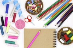 materiales de oficina de costura de las herramientas y de los accesorios aislados en b blanco Foto de archivo