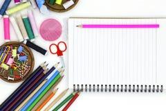 materiales de oficina de costura de las herramientas y de los accesorios aislados en b blanco Foto de archivo libre de regalías