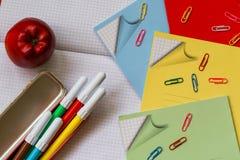 Materiales de oficina - de nuevo a concepto de la escuela Fotos de archivo libres de regalías