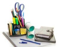 Materiales de oficina en una ayuda y un organizador Imagen de archivo libre de regalías