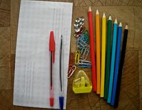 Materiales de oficina multicolores en una tabla de madera foto de archivo libre de regalías