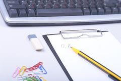 Materiales de oficina y artilugios en el escritorio Visión superior Foto de archivo