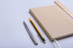Materiales de oficina y artilugios en el escritorio Visión superior Fotos de archivo