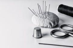Materiales para la costura manual en la acción Imagen de archivo