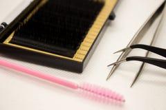 Materiales para la extensión de la pestaña Cepillos, accesorios para las extensiones de la pestaña foto de archivo