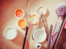 Materiales para la manicura en un fondo blanco Tiro del estudio Imagen de archivo