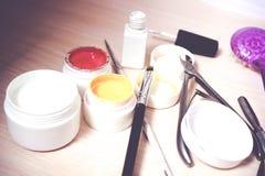 Materiales para la manicura en un fondo blanco Tiro del estudio Foto de archivo libre de regalías