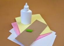 Materiales para la producción del uso en un fondo marrón Fotos de archivo libres de regalías