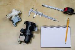 Materiali, accessorio e pezzi di ricambio per l'idraulica Note e m. immagine stock