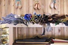 Materiali delle calzature in scaffali al calzolaio Workshop Immagini Stock