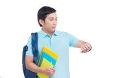 Materiali didattici e sguardo sorpresi della tenuta dello studente maschio Fotografia Stock Libera da Diritti