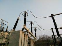 Materiali elettrici in switchyard alla centrale elettrica Immagini Stock