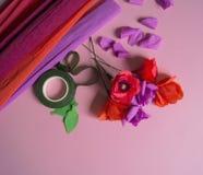 Materiali per creare un fiore Fiore di carta fatto a mano Carta crespa Immagini Stock