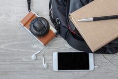 Materialien für das Reisen auf den hölzernen Hintergrund lizenzfreie stockfotografie