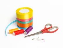Materialien für Näharbeit und das Nähen stockfotos