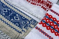 Materialien und gesticktes rumänisches traditionelles Stockfoto