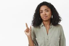 Materias de la talla Retrato de la mujer afroamericana linda torpe descontentada poco impresionada en blusa smirking y que se ríe foto de archivo libre de regalías