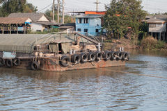 Materias primas del transporte del barco del envío en el río Imagen de archivo