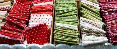 Materias textiles de la Navidad en la exhibición fotografía de archivo libre de regalías