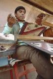 Materias textiles que tejen del muchacho en Cusco, Perú Imagen de archivo