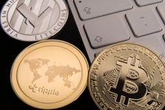 Materiel av fysiska bitcoins-, btc-, bitcoin-, krusnings-, ethereum-, litecoins-, guld- och silvermynt, cryptocurrencybegrepp royaltyfri fotografi