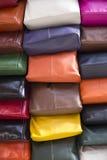 Materiel av kulöra läderpåsar Arkivfoton