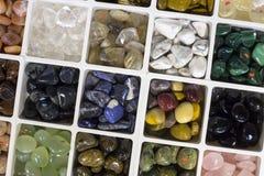 Materiel av olika färgrika ädelstenar Royaltyfri Fotografi