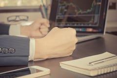 Materielaffärsmannen som är stressad ut som aktiemarknaden, går ner Fotografering för Bildbyråer