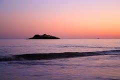 Materielbild av den sjungande strandsolnedgången royaltyfri bild