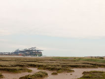 Materielfoto - blåa havsstrukturkranar på last ansluter päfyllning in royaltyfri foto
