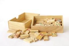 Materielfoto: Dominobricka i träasken som isoleras på vit Royaltyfria Bilder