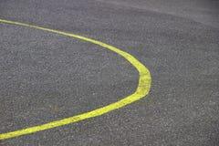 Materielfoto - gul linje för ny kurvväg arkivfoto