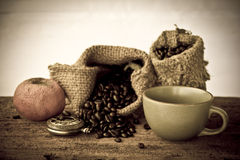 Materielfoto: Kaffebönor med den gamla tappningboken Royaltyfri Fotografi